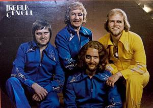 FYRA BLÅTIROR. Nej, det är ingen som har kluddat på kortet i efterhand. Bandet Tre blå och en gul har skojat till det och målat blåtiror på sig själva.