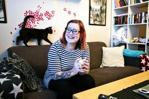 Sofie Saxin Bäckström är en av två administratörer för FB-gruppen Köp, byt, sälj Västerås, som den senaste månaden har fått mer än 1 000 nya medlemmar. Här med den nyfikna katten Nia.