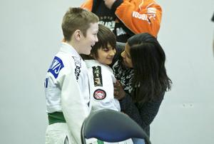 Glädjen var stor efter matchen för den här unga judokan.