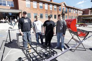 Fredrik Björklin, Johan Johansson, Sven Norberg och Oscar Färlin på industriprogrammet visade upp sina projektarbeten på skolgården.