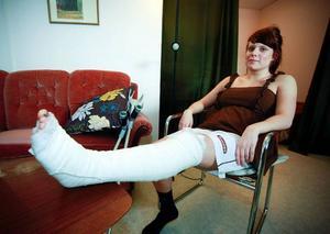 Emmelina Jansson fick i lördags lämna sjukhuset. Hemma stapplar hon nu runt på kryckor vilket hon kommer att göra i sex veckor till.
