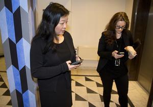 Skynda, skynda. Jessica Polfjärd och politiskt sakkunnige Susanne Lind på väg till hissen. Partiledaren väntar.