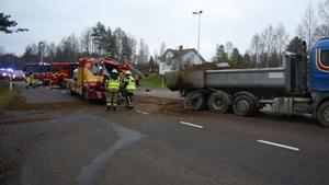 Föraren av bärgningsbilen fick klippas loss av räddningstjänsten.