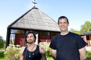 Henrik Larsson och Göran Bäuerle utanför själva kyrksalen i före detta S:ta Anna kyrka. I församlingshemsdelen ska det bli tillverkning av örtkryddat brännvin.