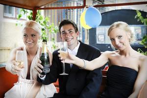 Skål för oss! Matilda Sundholm, Victor Olofsson och Malin Westlund höjer glasen.