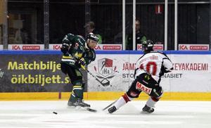 Nyförvärvet Sonny Karlsson hade ett par bra lägen mot Hudiksvall, som han tidigare representerat.  Men varken Karlsson eller någon annan i ÖIK fick det att stämma fullt ut under tisdagskvällen.