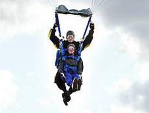 Foto: NICK BLACKMON Äventyrare. På äldre dar har Gunnar Jonasson förverkligat en rad pojkdrömmar. I går - på sin 80-årsdag - testade han fallskärmshoppning.