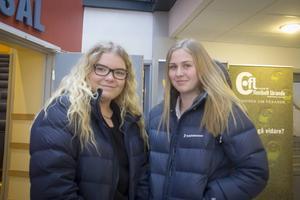 Linnéa Larsson och Stina Burman känner sig båda rädda de gånger de går ute själva. Att få lära sig självförsvar tyckte de var det bästa på dagens event.