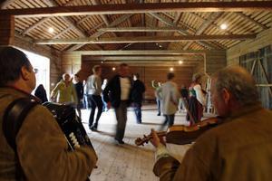 På logen vi Hembygdsgården i Ljusdal bjöd under lördagen Ljusdals folkdanslag på gratislektioner i folkdans.