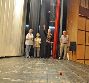 Äkta paren Edin och Mårtensson visade hur man spelar boule för de som var intresserade. Från vänster Kerstin Mårtensson, Iréne Edin, Lars Edin och Nils-Olof