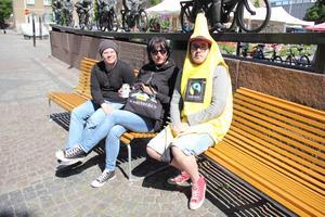 Banan på stan. Nej, det handlade inte om skolavslutningskläder. Magnus Eriksson, Ulrika Jansson och Tim Heinonen från Fair Trade var på Fiskartorget för att göra reklam för rättvisemärkta bananer.