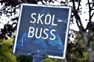 Skolväg. Enkelriktat utanför skolan kan vara en lösning på trafiksituationen.