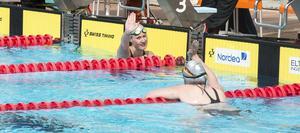 Kometernas Ylva Söderholm och Felicia Andersson gjorde high five efter målgången på 200 meter medley.