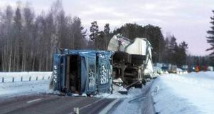 E4 kommer att vara avstängd under flera timmar när flisbilen ska lastas om och bärgas från olycksplatsen.