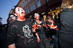 Omkring 120 personer hade tackat ja till Facebookeventet. Upp emot 20 zombier blev det till slut som staplade i väg från Sveatorget. De flesta hade lyckats riktigt bra i ambitionen att se otäcka och hotfulla ut.