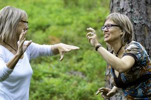 Trivsamt. Kontakten och gemenskapen är en del av dansen, här Eva Lundin och Linda Jonsson.