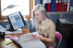 Papper. Emelie Söderström är verksamhetsansvarig för Ditt Liv AB, och till en början har det varit mycket pappersarbete.