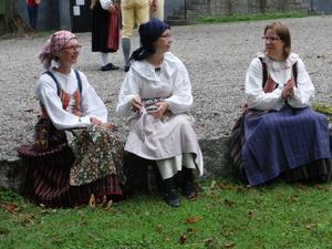 Tre vackra kvinnor från Salaortens Folkdansgille.