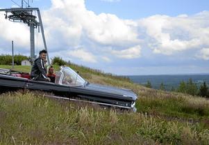 Margithe Skeppner och Freddy Lundell fick äran att köra Brolle till scenen i en Oldsmobile 58.