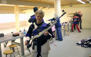 Joar Karlsson tillbringar mycket tid i skyttelokalen i källaren under simhallen på Hällåsen i Söderhamn. Vilket också givit honom en plats i juniorlandslaget.