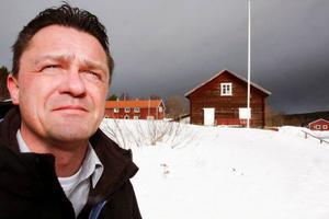 Anders Heimdahl, chef för Närvård Frostviken, vid platsen mitt i Gäddede där den nya gemensamma närvårdslokalen Levinsgården ska börja byggas i höst. Huset på bilden flyttas för att ge plats för nybygget.