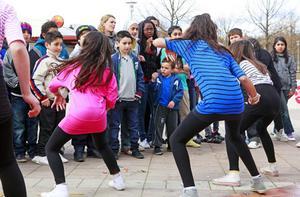 Publikstöd. Uppskattat bland ungdomar var dansnumret som tjejer från Bäckbyklubben bjöd på.