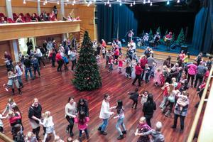 """Musikkapellet hellre än bra spelade på scenen i PB-hallen. Här var det en del av de drygt 500 besökarna som dansade till """"Fågeldansen""""."""