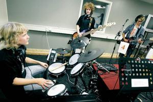 Gitarrerna är kopplad till digitala förstärkare. Elias Strömgren testar också en akustisk gitarr efter en stund. När de spelar hörs plonk och knäpp från de andra medan gitarren hörs som vanligt. Med lurar på hörs hela bandet tillsammans och instrumentens fylliga ljud.