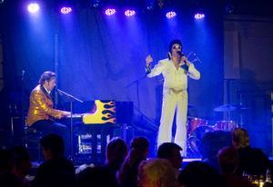 Can't Help Falling in Love i en duett med Jerry Lee Lewis och Elvis Presley.