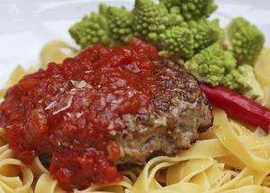 Het tomatsås smaksatt med chili passar bra till kryddiga lammfärsbiffar och pasta.