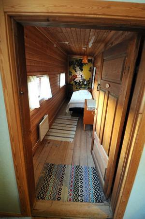 Rummen är smakfullt inredda, som här i den gamla pigkammaren.