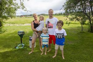 Malin Hermansson och Andreas Rinnström med barnen Manda, Olle och Eli. Bredvid till vänster står myggmaskinen som slukar några tusen mygg per dag.