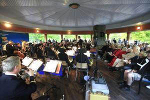 Det var storfrämmande i paviljongen i går kväll. Arrangörerna hade lyckats engagera en av landets få professionella musikkårer.