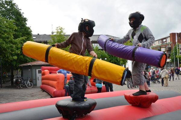 Hela torget var fyllt av olika uppblåsta attraktioner där unga kämpar kunde möta varandra.