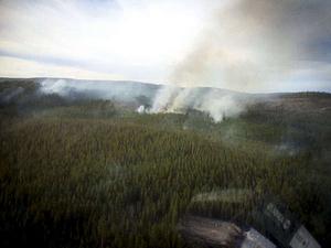 Helikopterförstärkning från Västerås deltog i släckningsarbetet genom att vattenbomba i området.