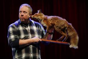 Anders Jansson kommer till Bollnäs kulturhus med sin humorshow Kom in och stäng dörren.