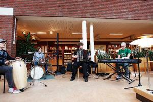 Sofia Andersson och Sivert Skavland huserade i en busskur i Ås och bjöd resenärerna på folkmusik.Biblioteket blev ett av nedslagen för Birkas jazzbombning av stan.