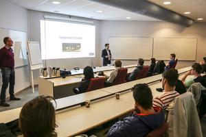 Personalchef Mathias Andersson presenterade företaget för ungdomarna från Gävleborg.