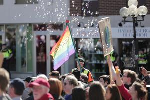 Såpbubblor och flaggor i regnbågsfärger möter nazistiska Nordiska Motståndsrörelsen i Falun.
