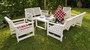 Nu kommer årstiden när vi vill flytta ut i våra trädgårdar. Med rätt möbler får man större användning för sin tomt.