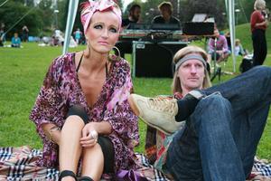 Ulla-Marie och Tomas Nilsson njöt i gröngräset. Underbart och jättehärligt initiativ, tycker Ulla-Marie om festivalen där alla går in gratis.