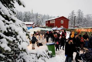 Nej det är inget julkort från förr. Det är en bild från Norra bergets julmarknad som under gårdagen bjöd på lätt snöfall, lagom temperatur och massor av folk.