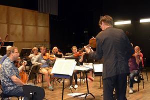 Konsertmästare Jonas Lindgård repeterar med orkestern inför utlandsturnén som inleds den 15 juli.