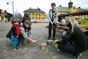 Åke och Ingrid Lundberg får hjälp av pappa Tor med att spika i klippspikarna när de besökte Barnens bygghytta.