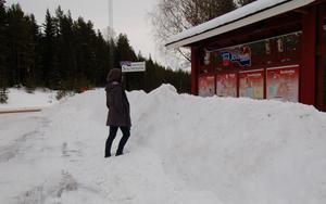 Omöjligt. Så här hög har snövallen vid kommunens informationstavlor i Spjutmo varit i flera veckor sedan senaste snöfallet. MTs praktikant Alexandra Forslund kunde inte klättra upp med sina lågskor och läsa vad som stod.