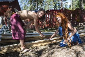 Stina Ohlsson och Joacim Karlsson ska såga hål i staketet så att små och stora besökare kan krypa in till festivalen.