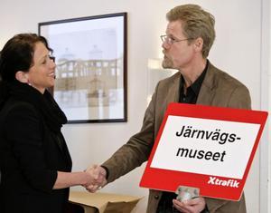 Robert Sjöö, chef för Trafikverkets museer, får ta emot den nya skylten till busshållplatsen som hittills hetat Sörby Urfjäll. Hållplatsen får nu namnet Järnvägsmuseet