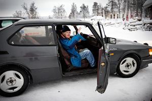 Äntligen får han skjuts. Holger Nilsson frågar föraren i den mörka Saaben om han kan skjutsa upp honom till Olof som är sjuk. Det kan han, och Holger hoppar in.