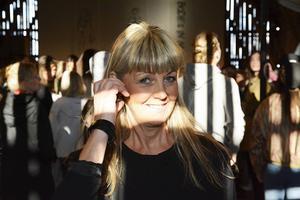 Agneta Enzell är kvinnan bakom den något annorlunda kombinationen modevisning och nycirkus.