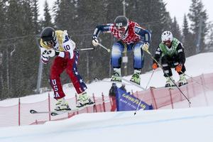 Viktor försöker ta sig förbi i slutet av banan men väljer fel spår. Norrmannen, här på tredje plats, glider förbi och kommer först.